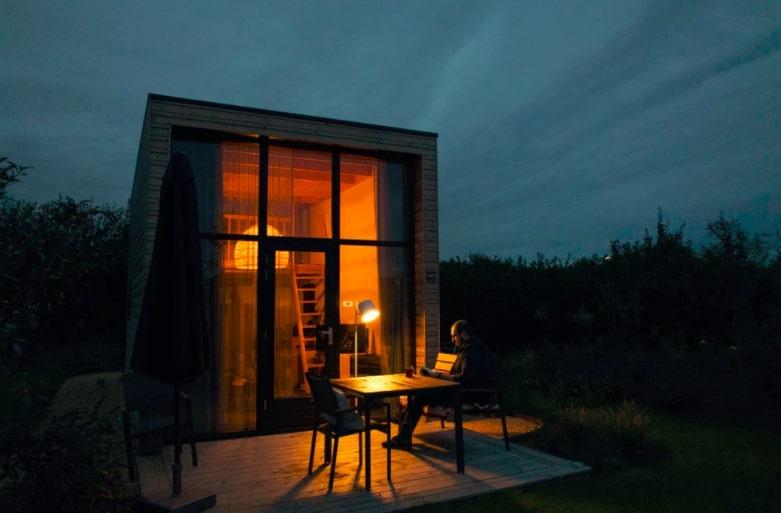 een tiny house op valavond